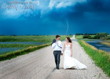 ... angin puting beliung sebagai latar belakang foto pernikahan mereka